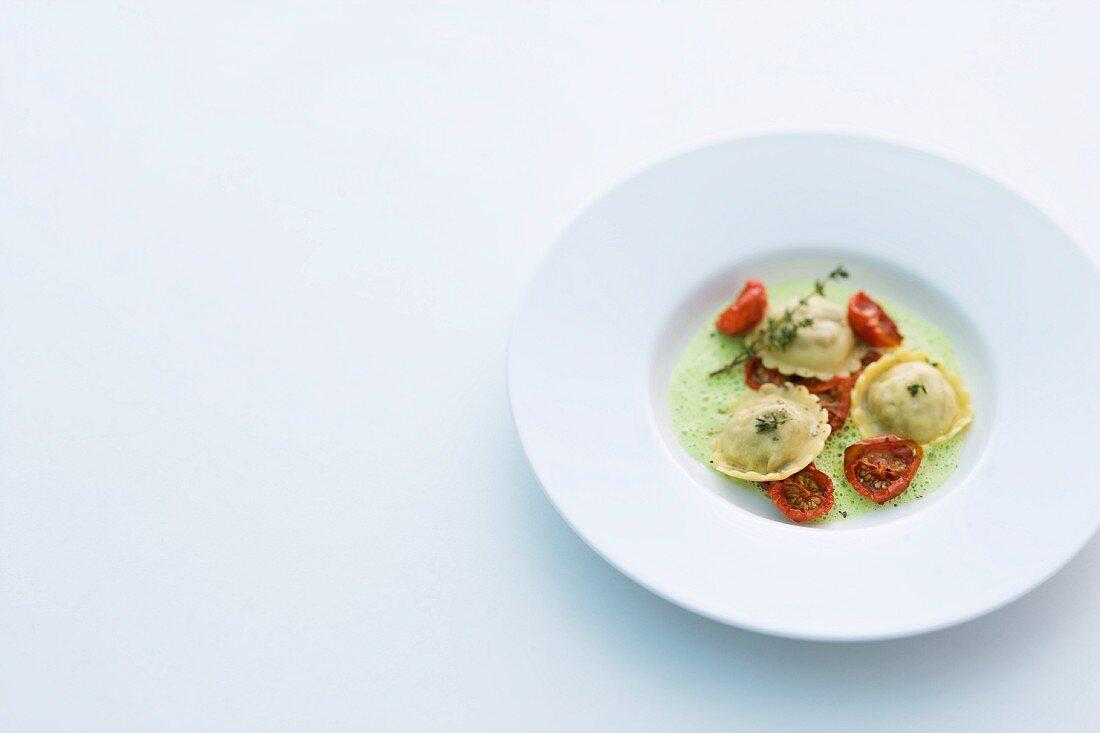 Lamm-Ravioli mit Tomaten auf Kräuterschaum