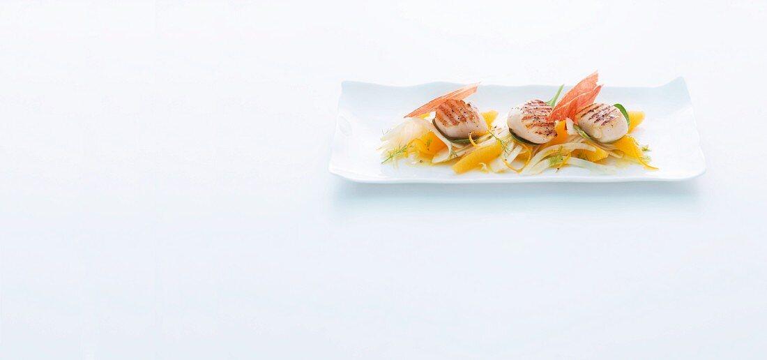 Gegrillte Jakobsmuscheln mit Fenchel-Orangen-Salat und Parmaschinken