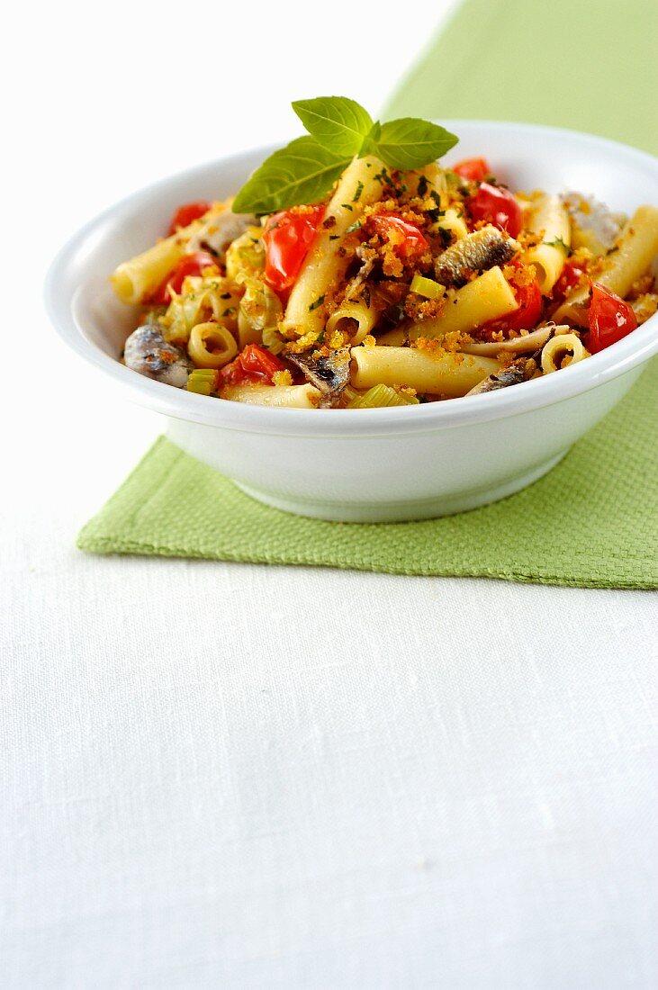 Maccheroni con pomodorini acciughe e basilico (pasta with cherry tomatoes and anchovies, Italy)