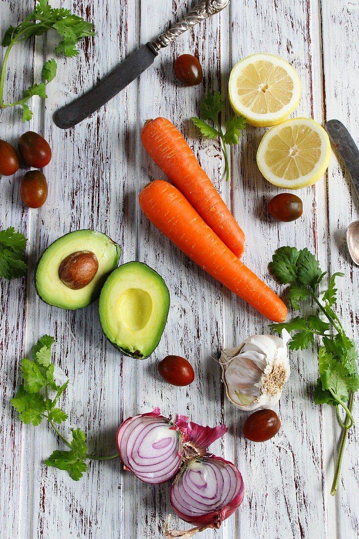 Stillleben mit Avocado, Karotten, Zitronen, Zwiebeln und Tomaten