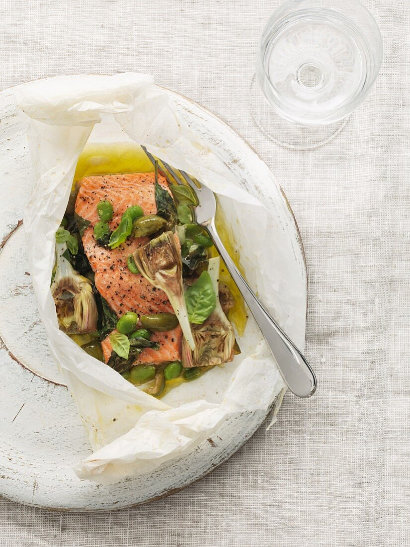 Salmon with olives and artichokes in parchment paper