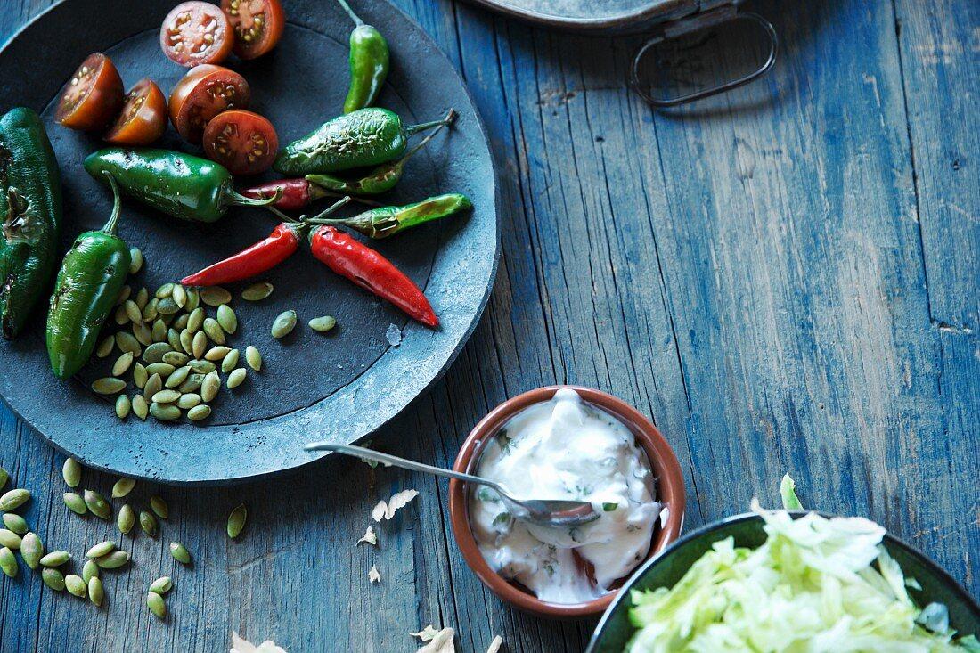 Stillleben mit Chilis, Tomaten und Dip (Mexiko)
