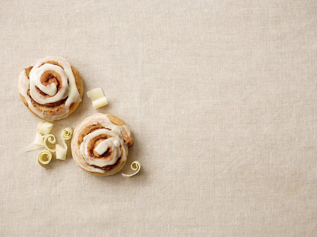 Cinnamon buns with white chocolate