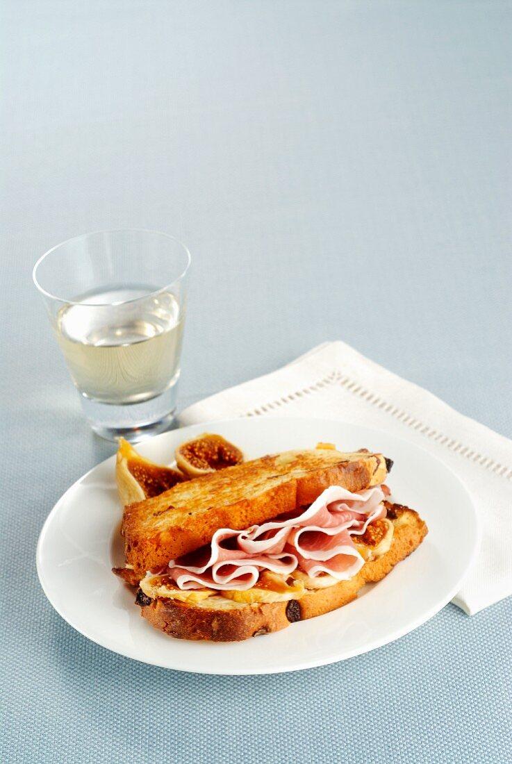 Panettone-Toast mit Rohschinken und Feigen