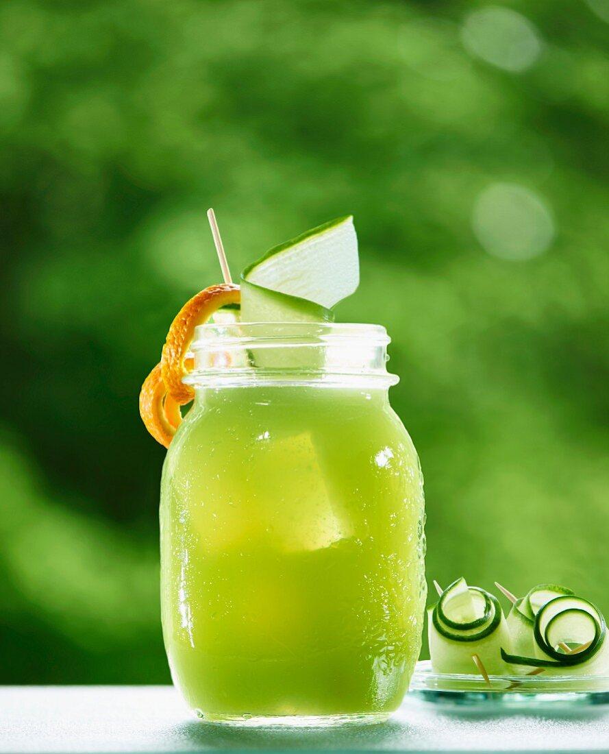 Gurkenade (eiskalte erfrischende Limonade aus Gurken- und Limettensaft)