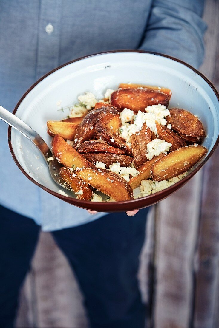 Frittierte Kartoffelecken mit Feta und Thymian