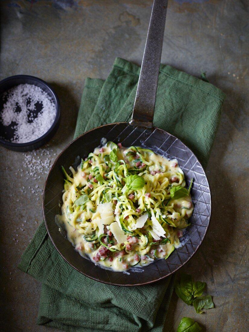 Zucchini-Carbonara mit Basilikum und Parmesan