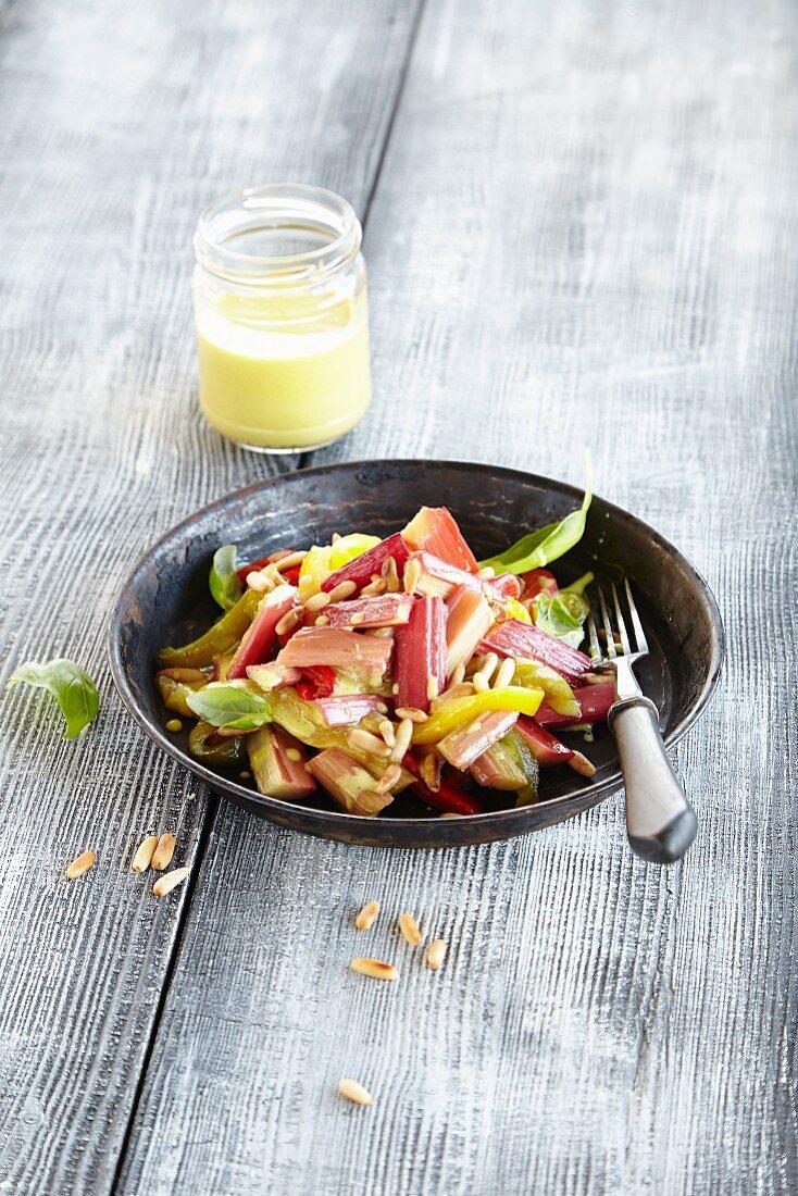 Rhabarbersalat mit Paprika und Pinienkernen