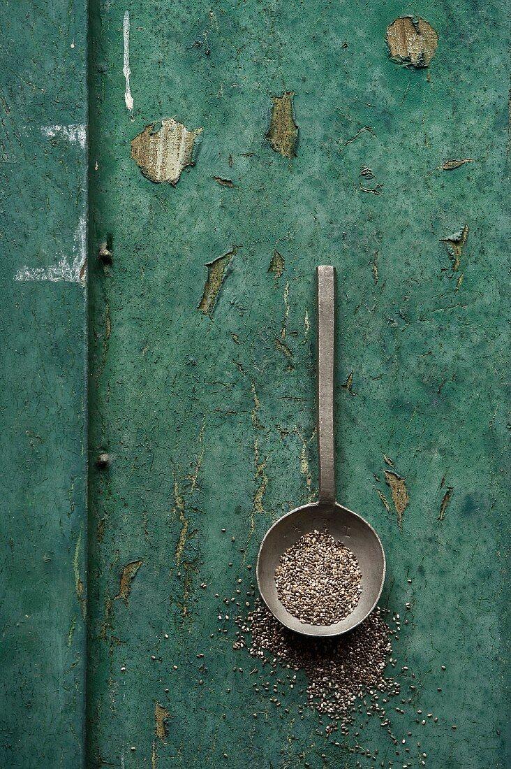 Chiasamen in einem Löffel auf rustikalem Untergrund