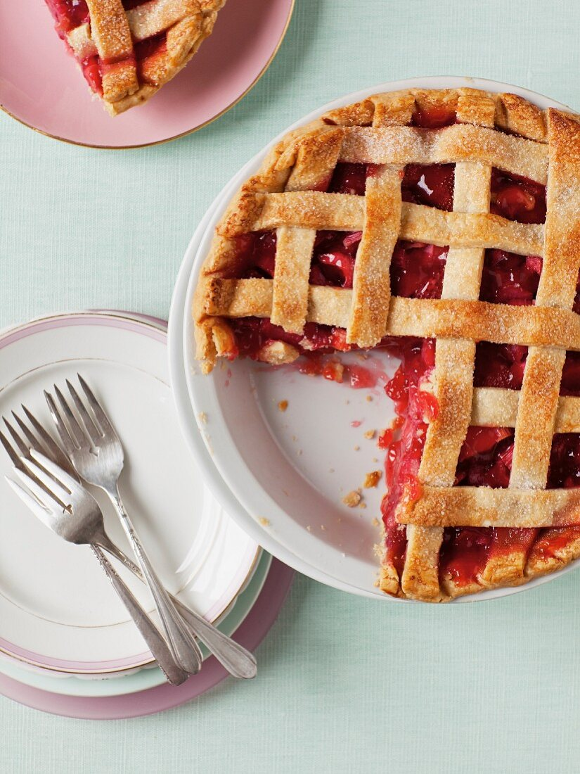Strawberry and rhubarb lattice pie (seen from above)