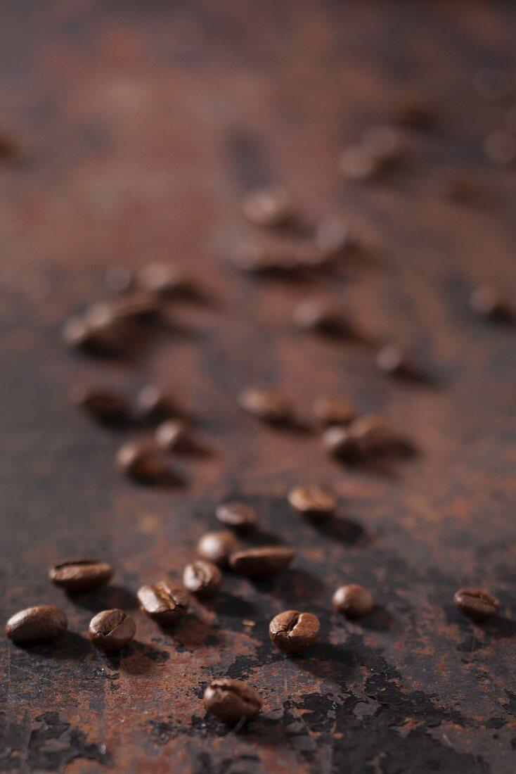 Espressobohnen auf rostigem Untergrund