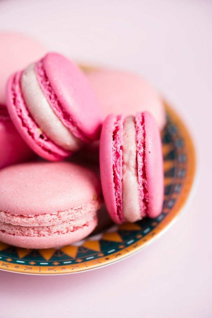 Pink strawberry and raspberry macaroons (close-up)