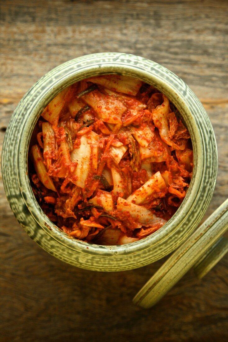 Kimchi (milchsauer eingelegtes Gemüse, Korea) in Keramikgefäss