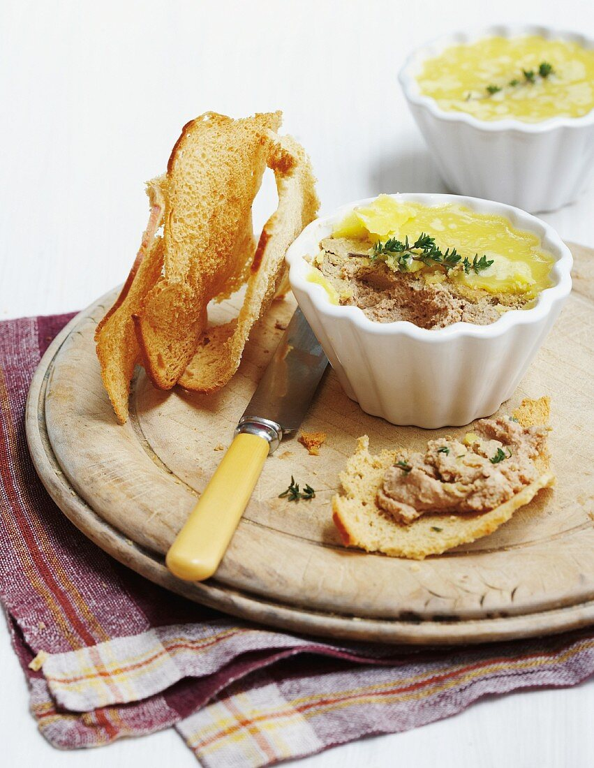 Chicken liver pâté with spring onions and bread crisps