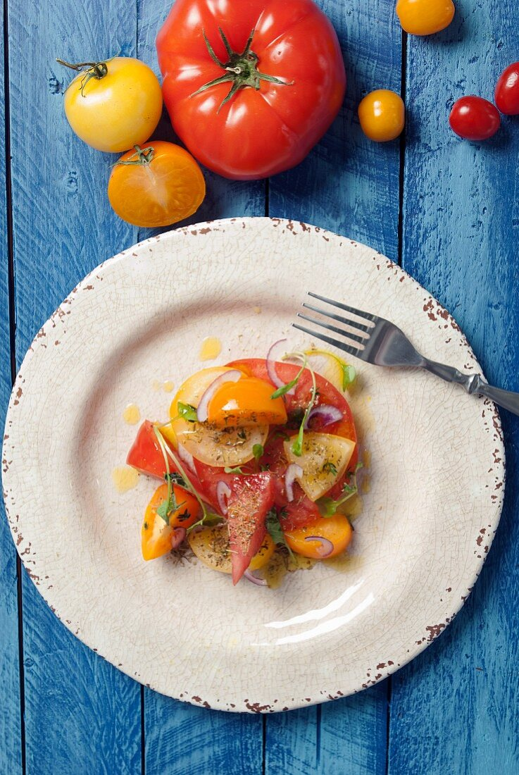 A summery heirloom tomato salad (seen from above)