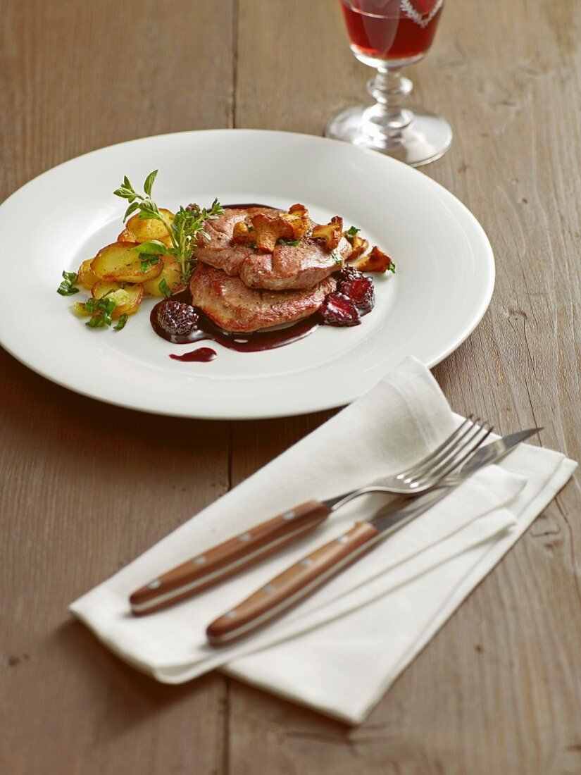 Roast venison with pan-fried chanterelle mushrooms and blackberry sauce
