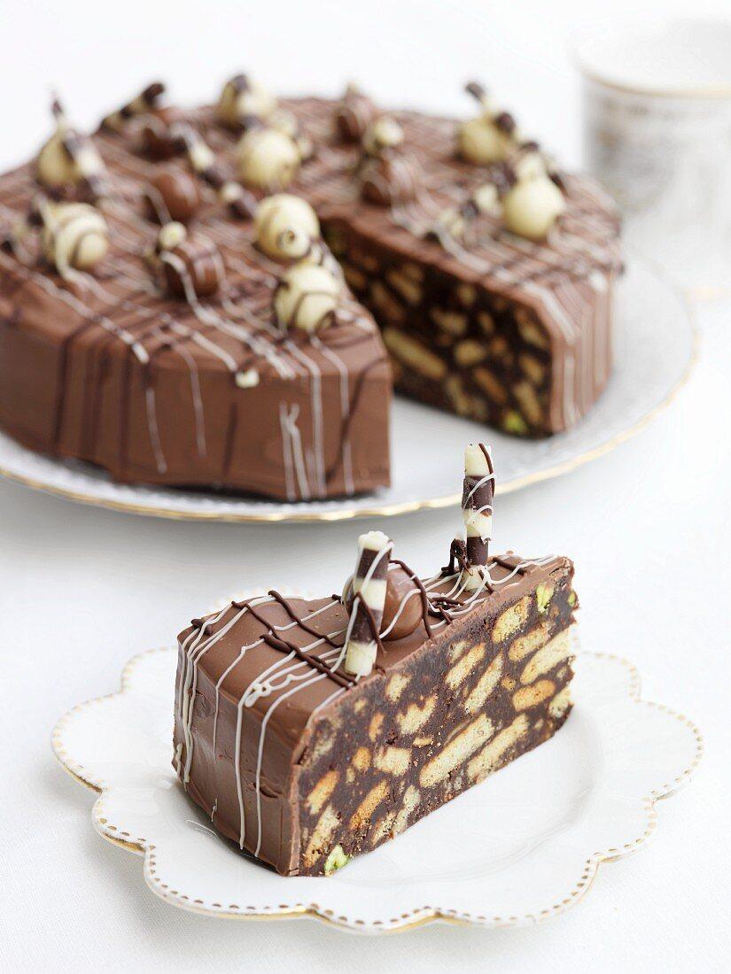Schokoladen-Biscuit-Kuchen, angeschnitten