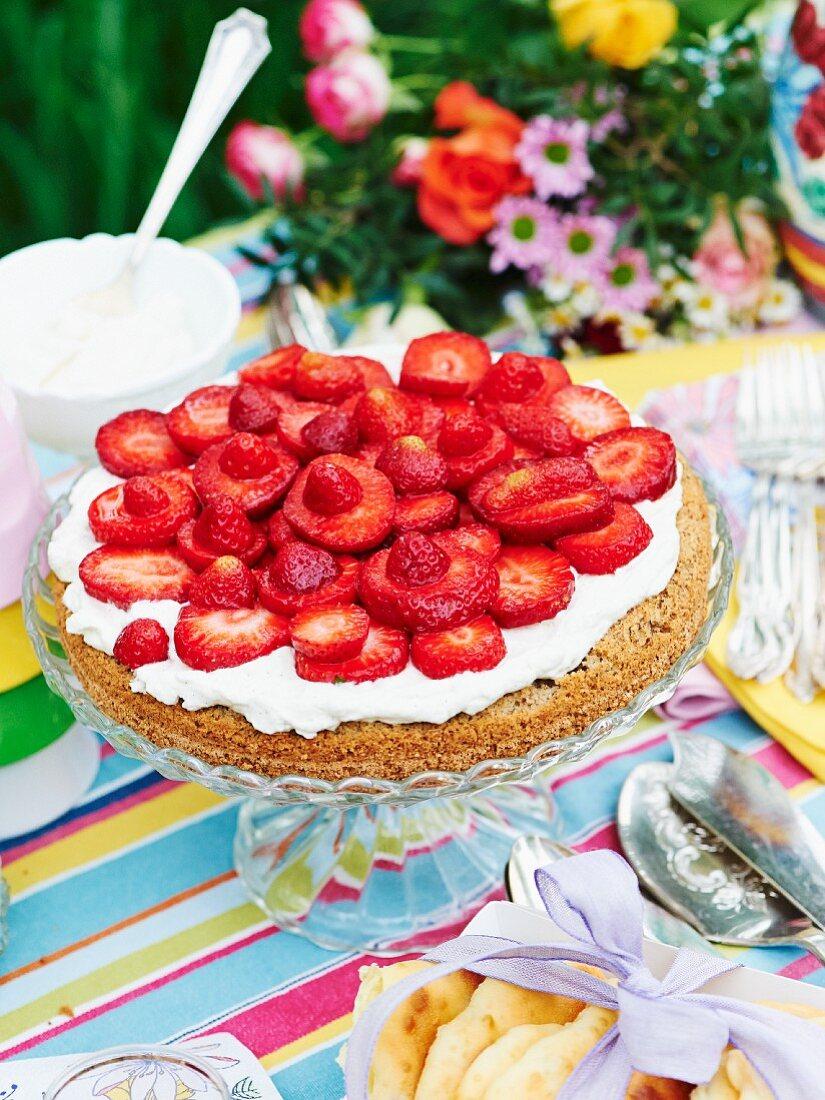 Strawberry cake with a hazelnut base