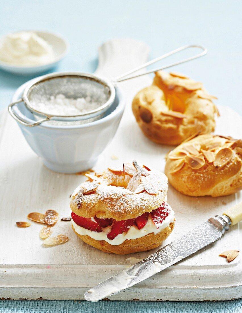 Strawberry shortcake with icing sugar