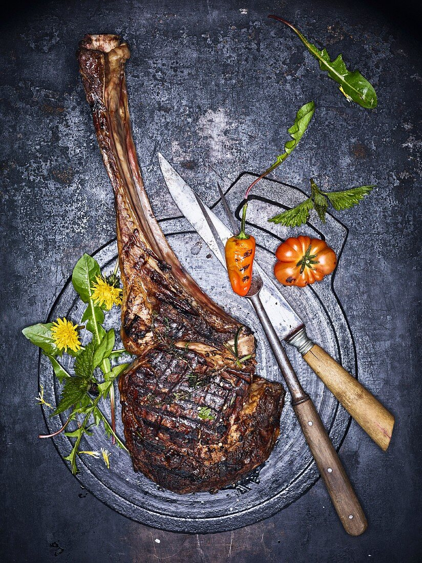 Grilled tomahawk steak (seen from above)