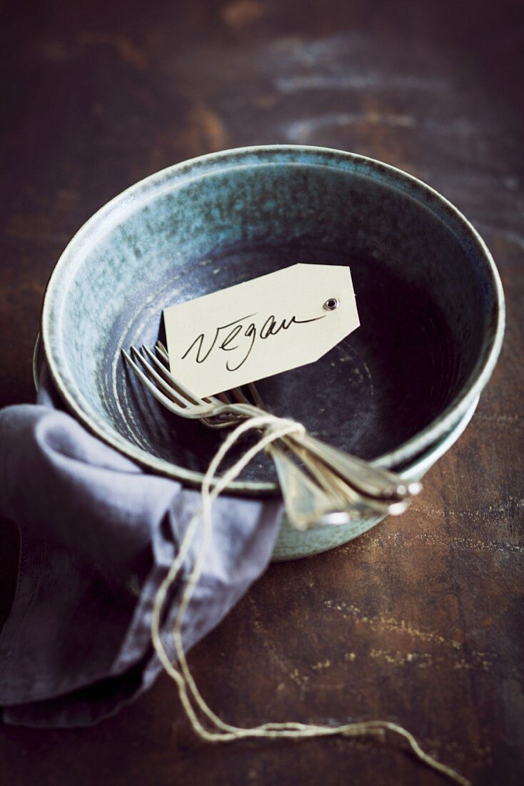 Bowls with cutlery and a 'Vegan' paper tag