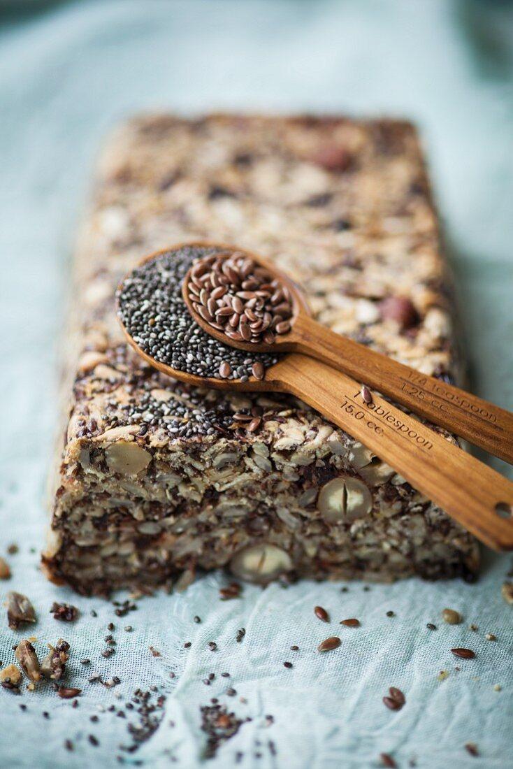 Brot mit Chiasamen, Leinsamen und Nüssen