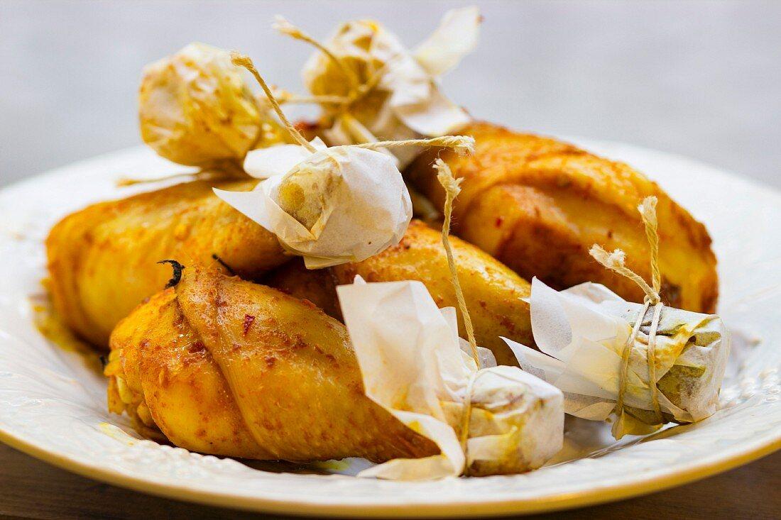 BBQ-Hähnchenschenkel auf Teller