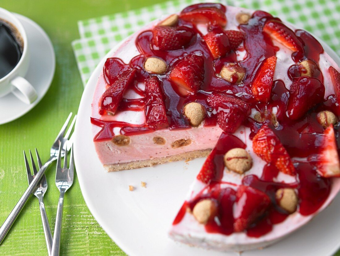 Marbled strawberry tart with amarettini