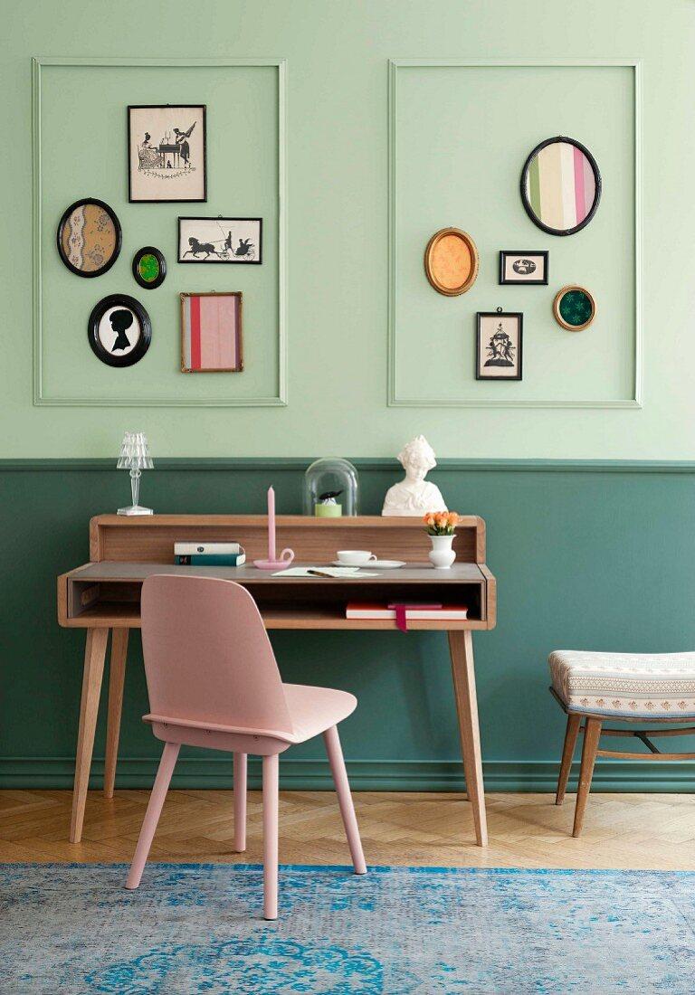 Biedermeier-Revival mit Bildergalerie und Scherenschnitten über Schreibtisch