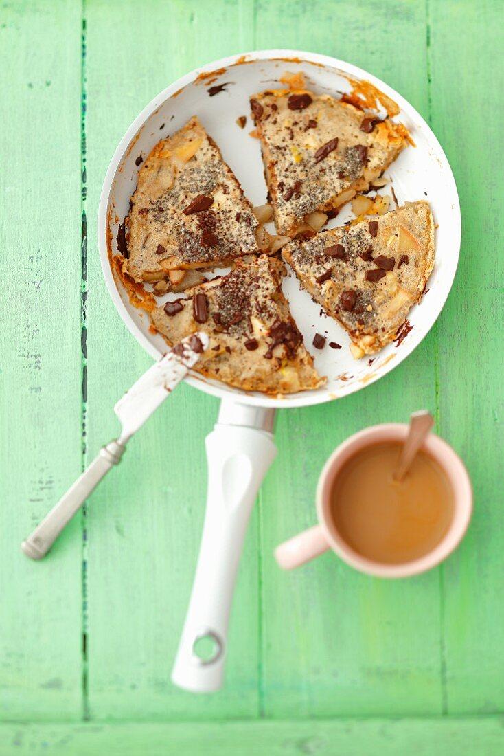 Omelett mit Nüssen, Chiasamen, Äpfeln, Birnen und Schokolade