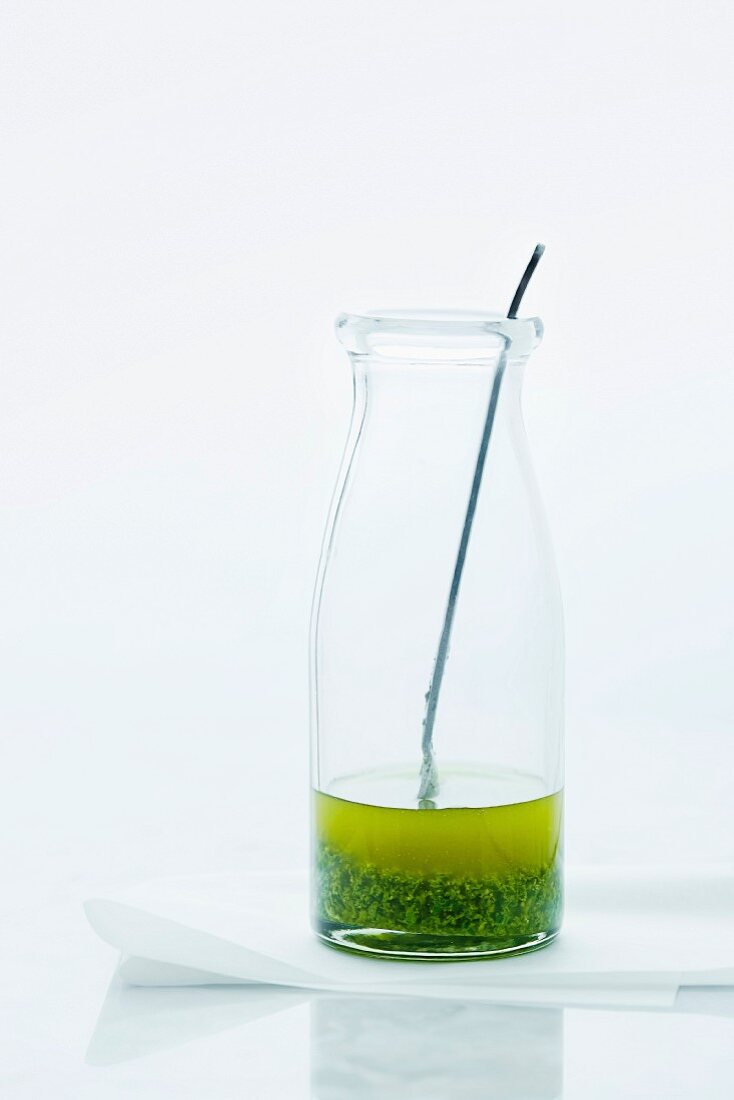 Olivenöl mit Kräutern in einem Glas