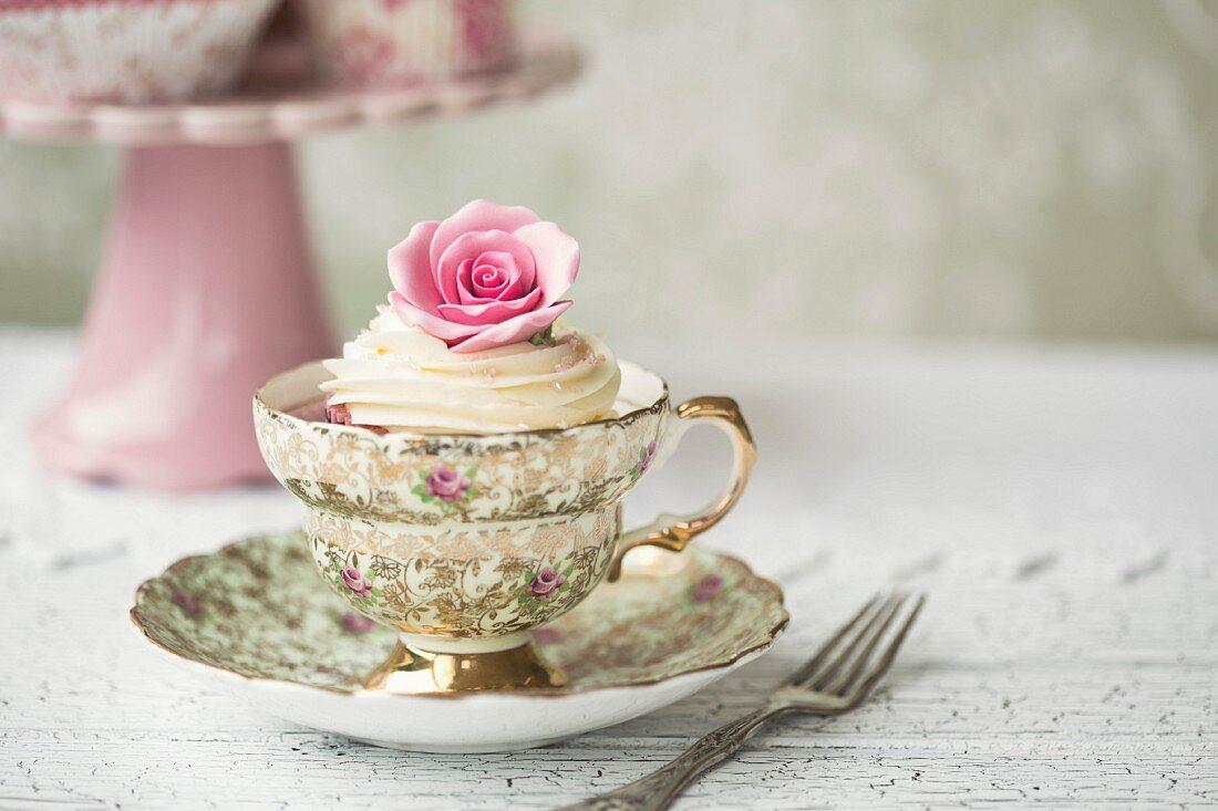Rosen-Cupcake in Vintage-Teetasse