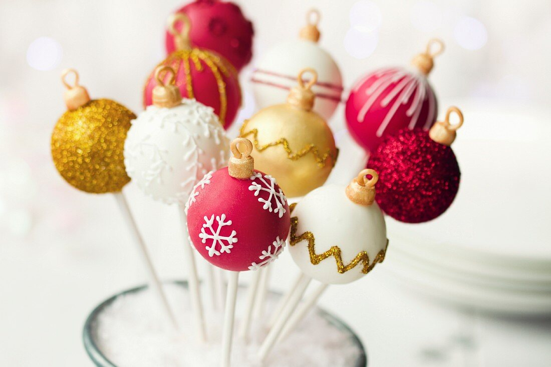 Christmas cake pops in red, white and gold
