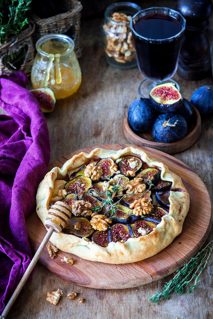 Fig pie with brie, walnuts and honey