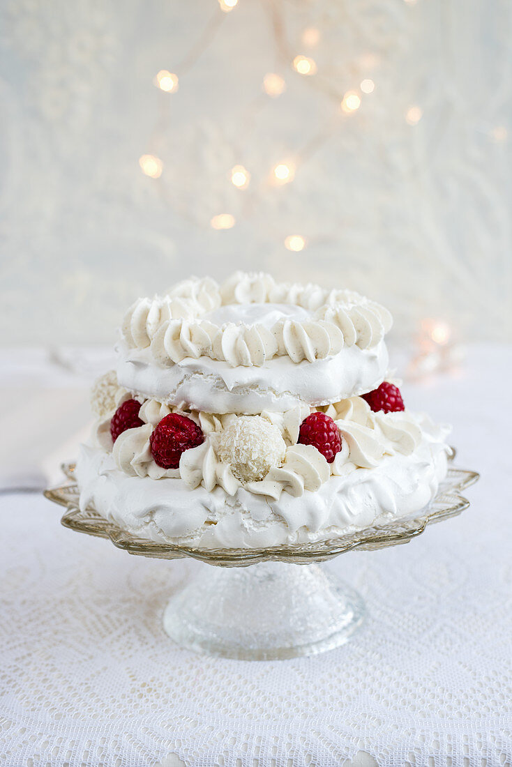 A pavlova with coconut pralines and raspberries for Christmas (second layer)