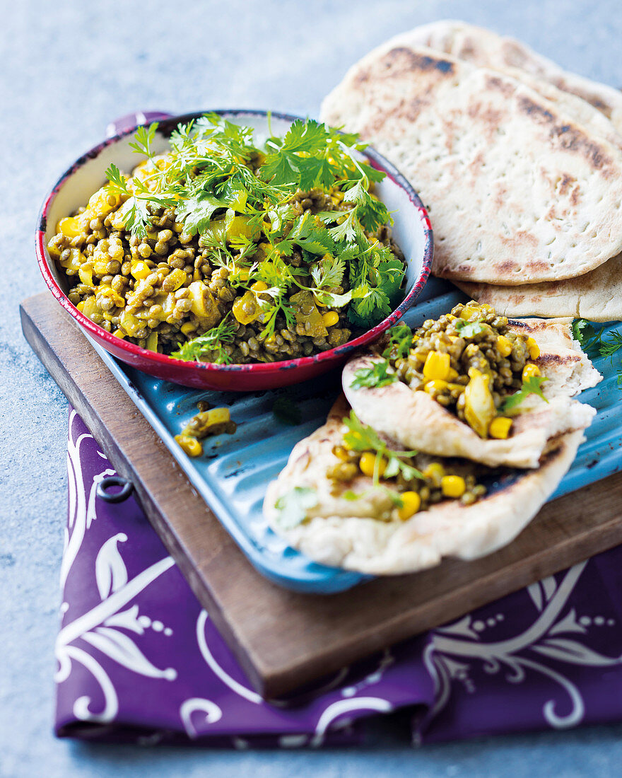 Curried lentils and spicy naan bread (India)