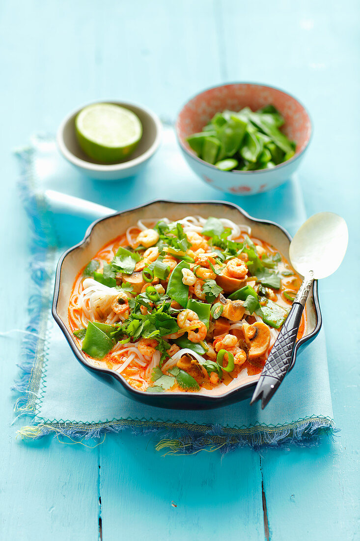 Thai curry with shrimps and rice tagliatelle