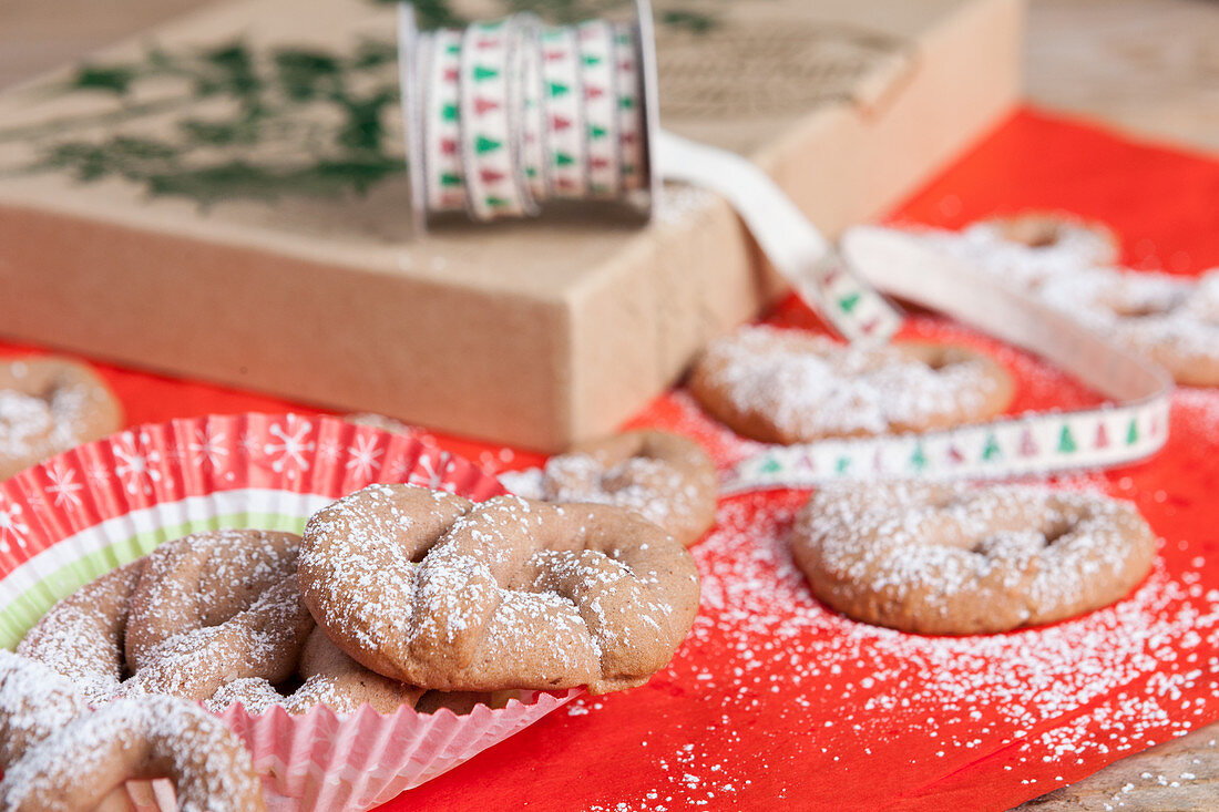 Spiced pretzels dusted with icing sugar