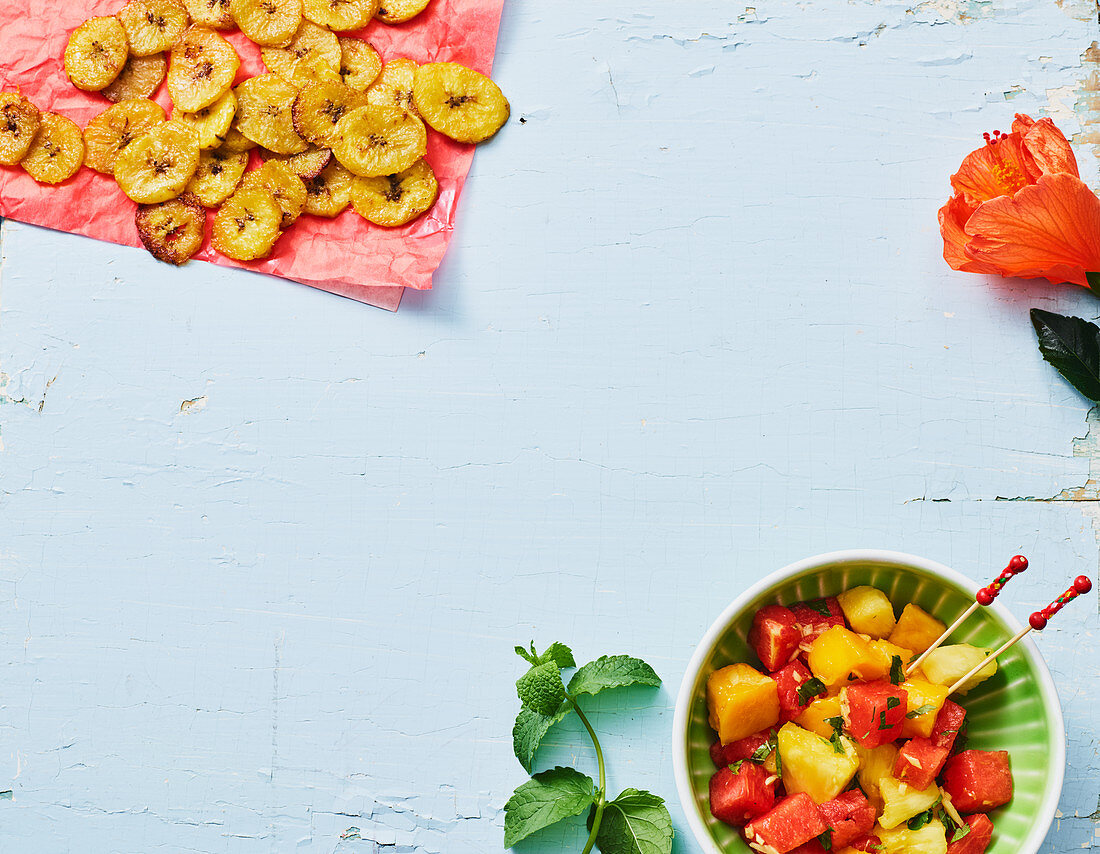 Banana chips with salt and fruit salad with ginger and mint (Columbia)