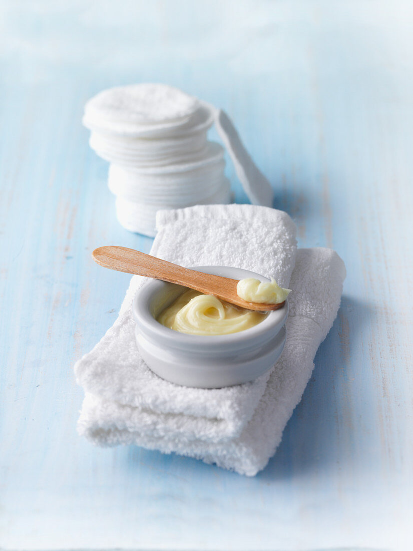 Make-up remover made from bee wax, lanolin, cocoa butter and jojoba oil