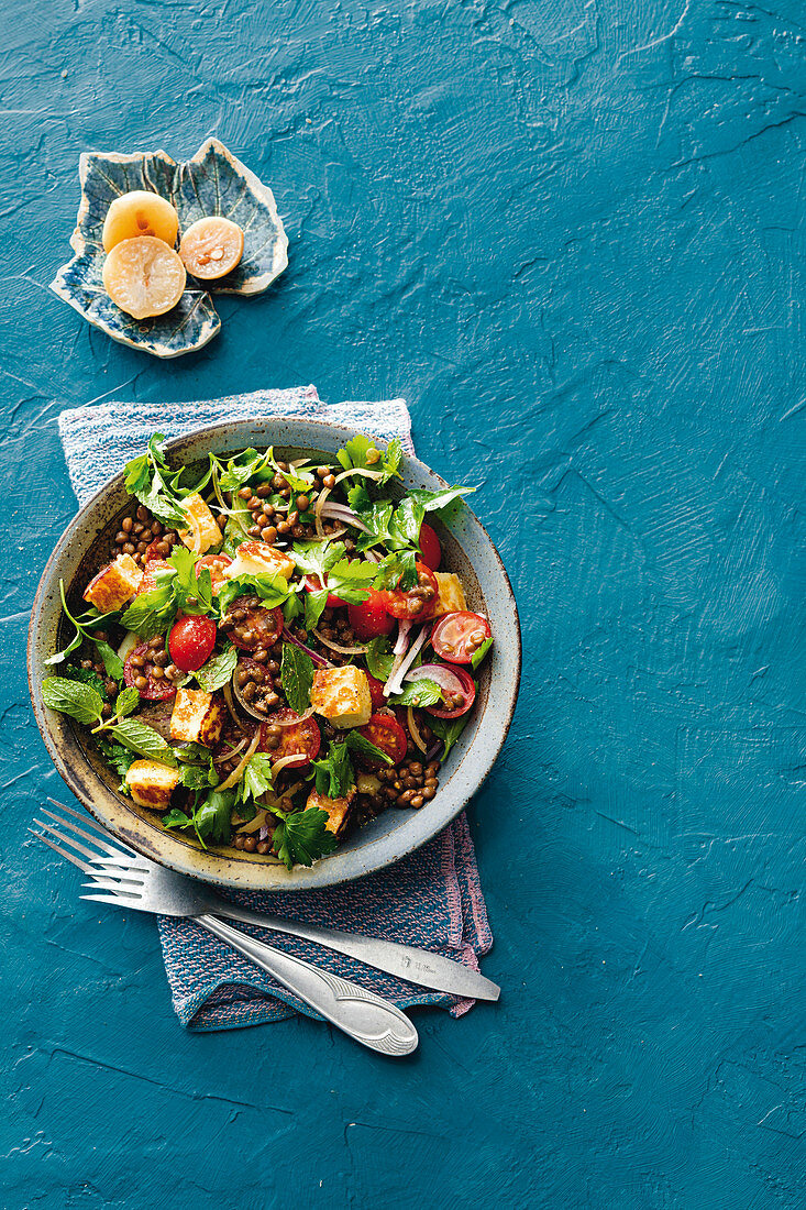 Lentil tabbouleh with tomatoes and halloumi