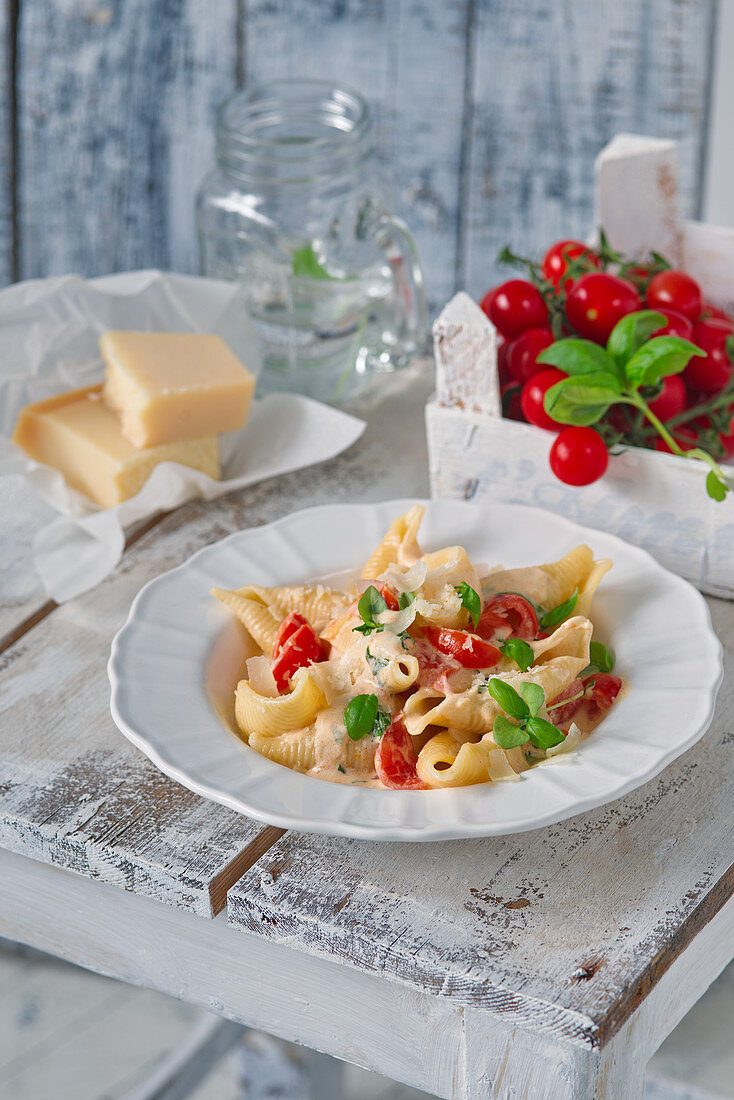 Pasta with tomato, mozzarella and basil