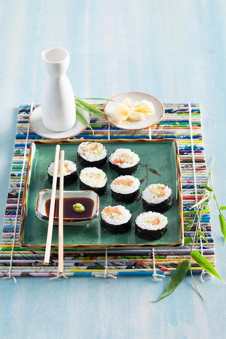 Maki-Sushi mit Ingwer, Sojasauce und Wasabi