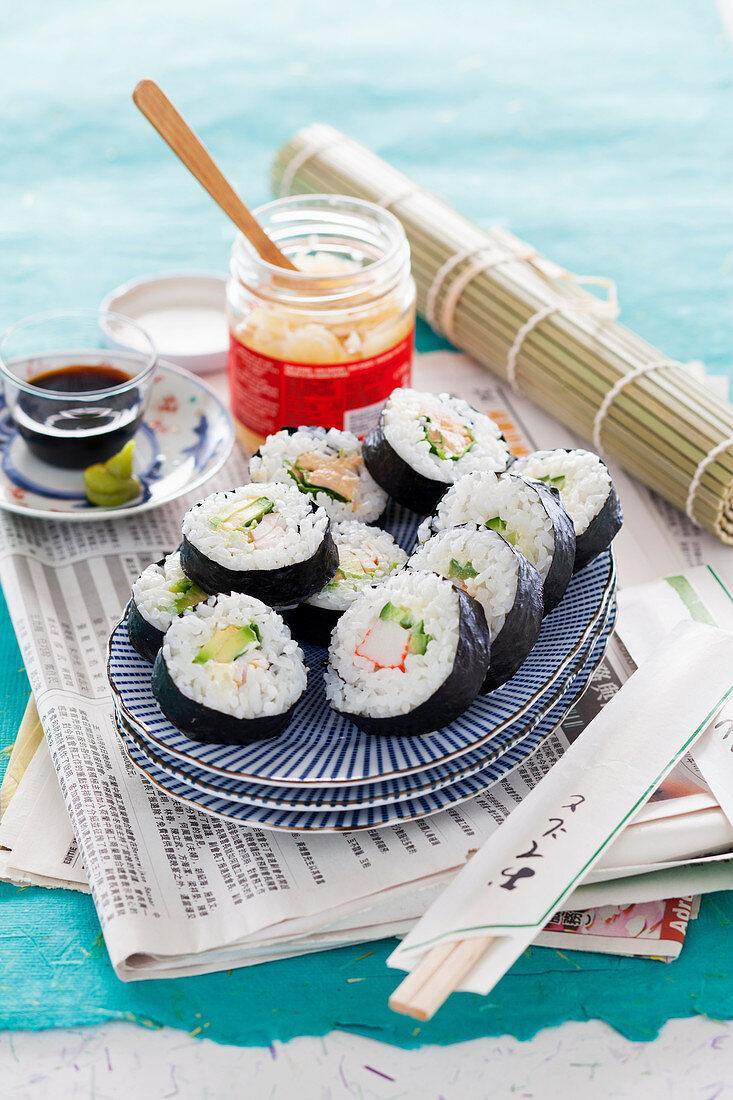 Maki mit Surimi, Gurke, Avocado, Ingwer, Wasabi und Sojasauce