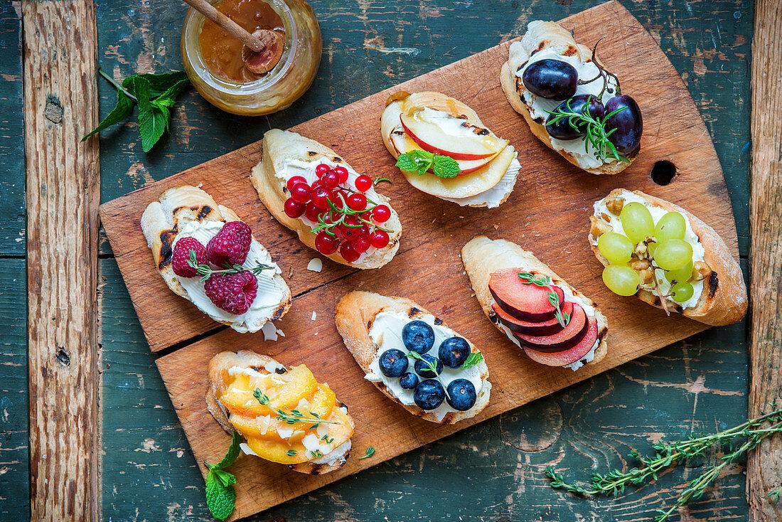 Verschiedene Bruschetta mit Frischkäse und Früchten
