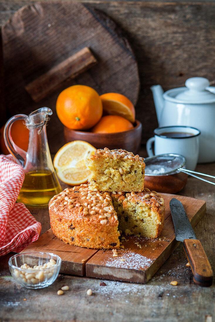 Italienischer Orangen-Olivenöl-Kuchen mit Pinienkernen