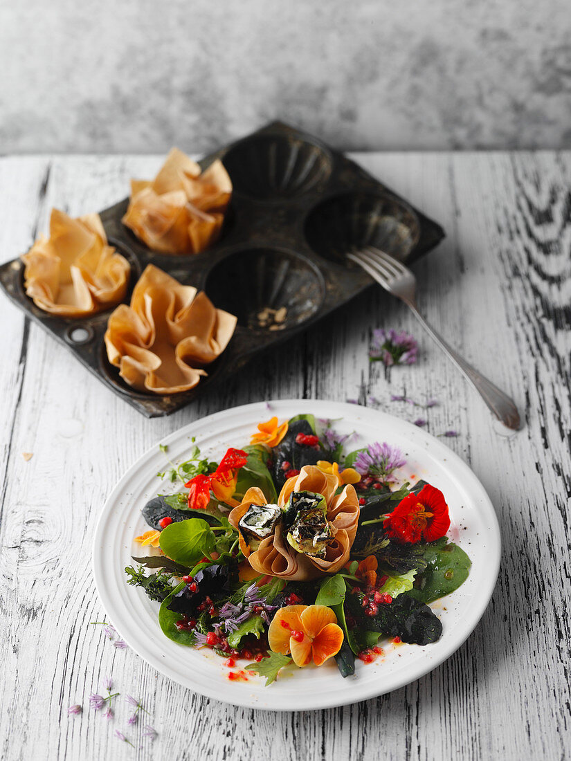 Salad flowers with courgette and cream cheese rolls in puff pastries