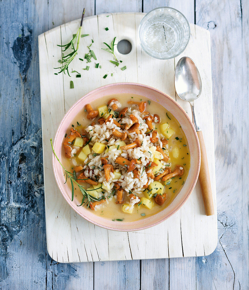 Rice stew with chanterelle mushrooms, apple and alpine cheese