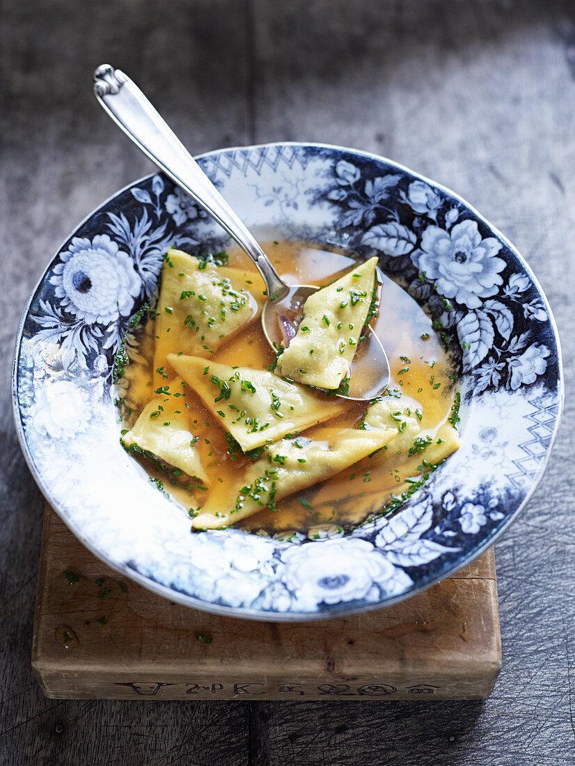 Zwiebelsuppe mit Teigtäschchen