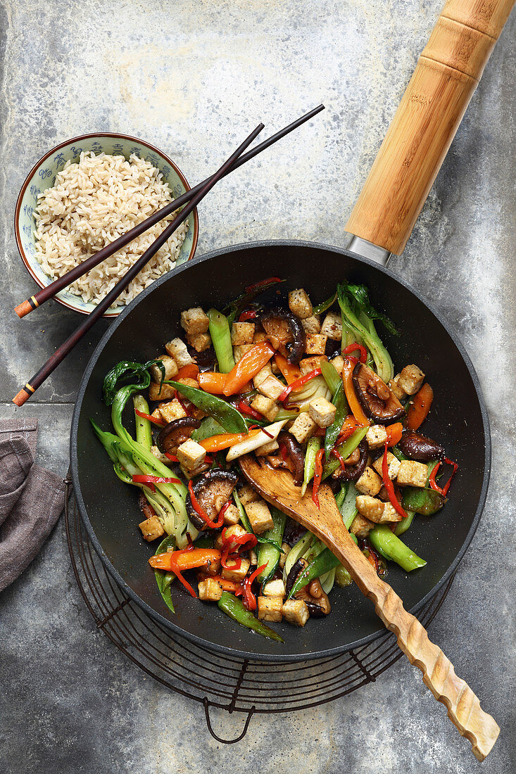 Colourful stir-fried vegetables with tofu